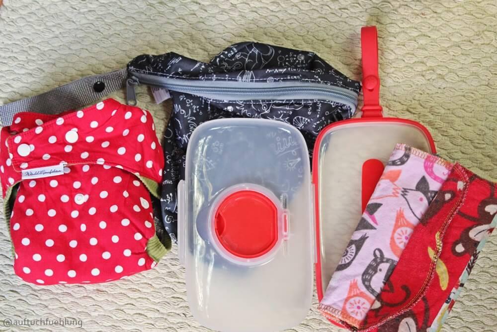 Unsere Ausrüstung für Unterwegs: Ersatzwindel, Wetbag, Skip Hop Box und Stoffwaschlappen.