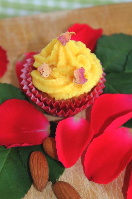 Mandel-Rosenblueten-Cupcakes